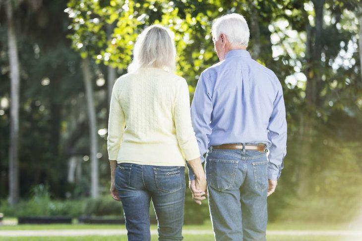 Par holder i hånden