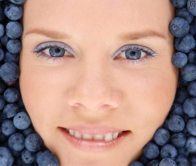 Dameansikt omkranset med blåbær