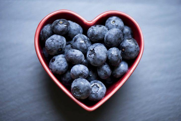 blåbær i hjerteskål